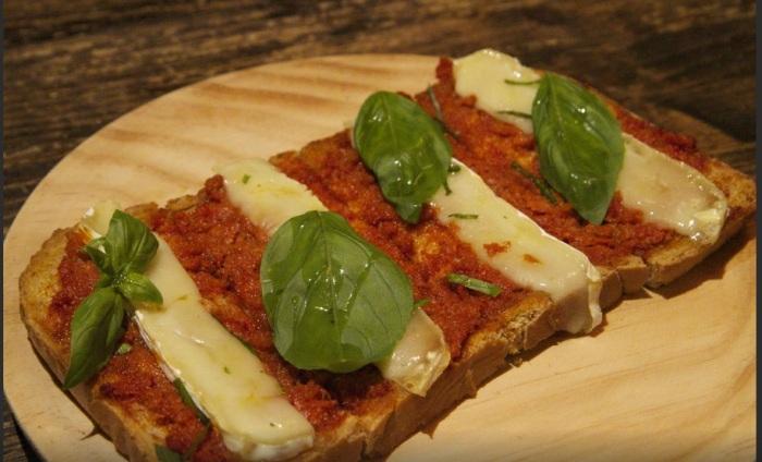 Tosta de queso brie y sobrasada de la alcoba azul