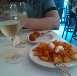 Bravas y croquetas en el celler de tapes
